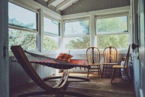Uterum med möbler och hammock
