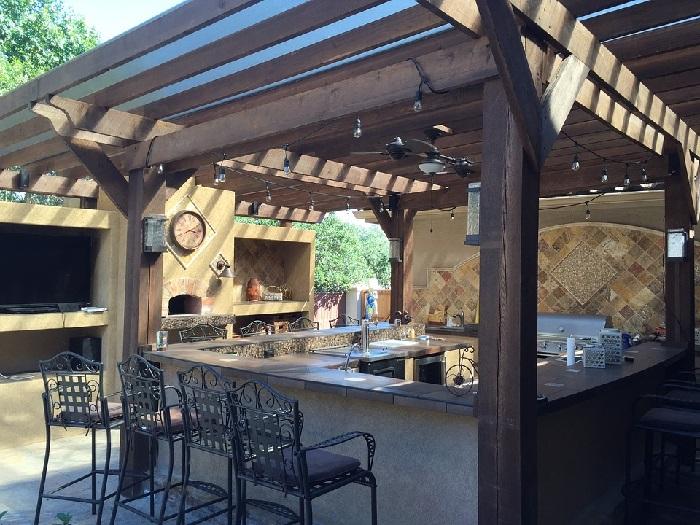 Ett utekök byggt med trä- och stenmaterial